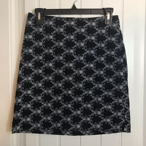 Cache skirt black and white embroidered